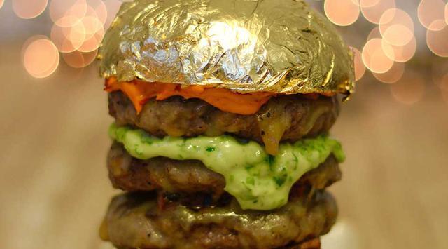 Pangeran Arab Menyantap Burger Berlapis Emas