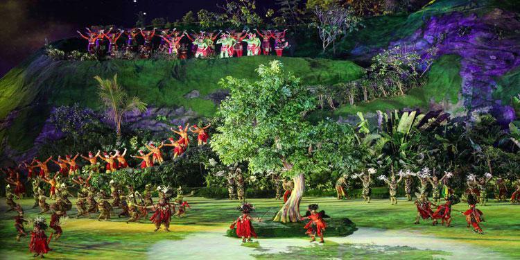 Sejumlah penari membawakan tarian tradisional di bawah sinar bulan purnama saat pembukaan Asian Games 2018 di Stadion Gelora Bung Karno, Senaya