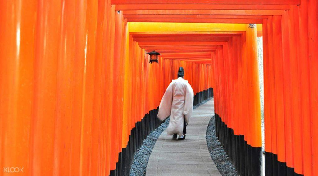 Deretan gerbang Torii di Fushimi Inari-Taisha